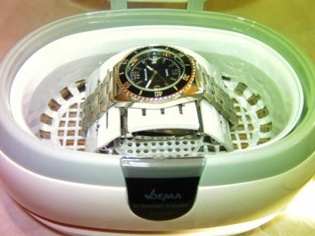 Mit Ultraschallgerät Schmuck und Uhren reinigen