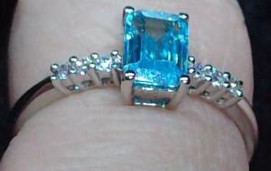 Leuchtender Blautopas auf Silberring