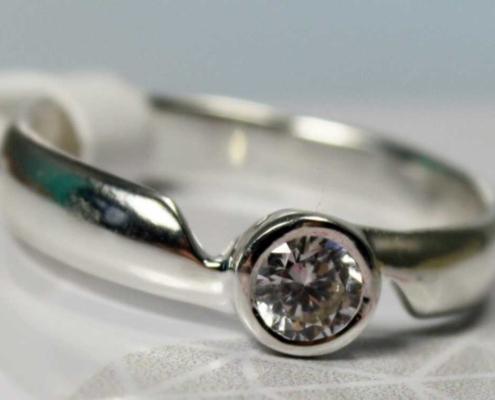 Verlobungsring mit Diamant aus Weißgold